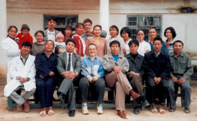 G. Boeuf (au centre de la photo), en Chine à Xin Cheng en 1996, avec le personnel de la clinique