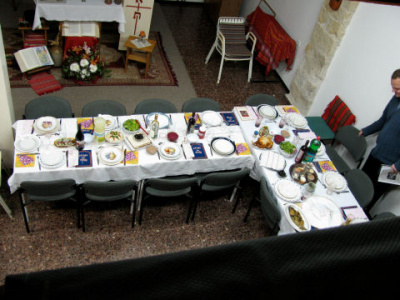 La table du « seder » de Pessah dans le local de la communauté